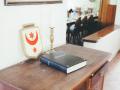 Kommode mit Gästebuch und Hallenser Stadtwappen